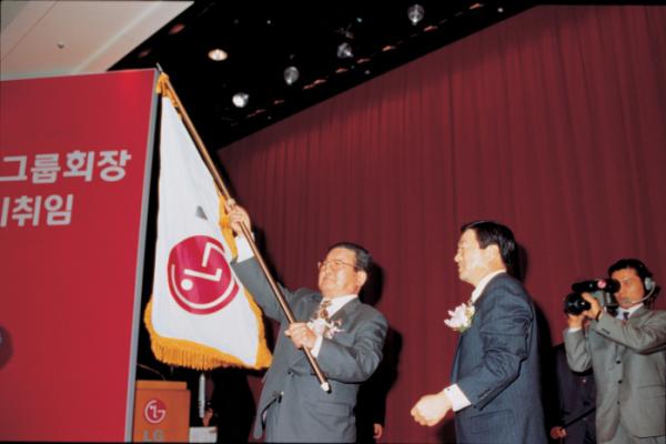 ▲1995년 2월, 회장 이취임식에서 구 명예회장(왼쪽)이 고 구본무 회장에게 LG 깃발을 전달하는 모습 (사진제공=LG그룹)
