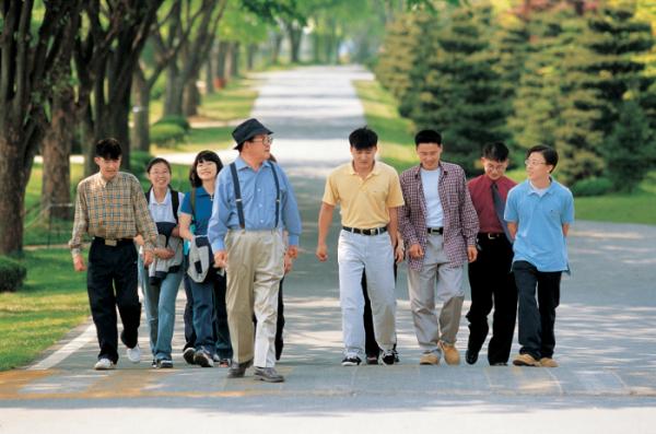 ▲구 명예회장(가운데)이 연암대학교에서 학생들과 함께 교내를 산책하고 있다 (사진제공=LG그룹)