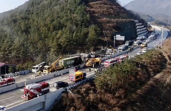 ▲14일 오전 4시 41분께 경북 군위군 소보면 상주-영천고속도로에서 다중 추돌사고가 발생했다. 현장에서는 화재도 났다. (연합뉴스)