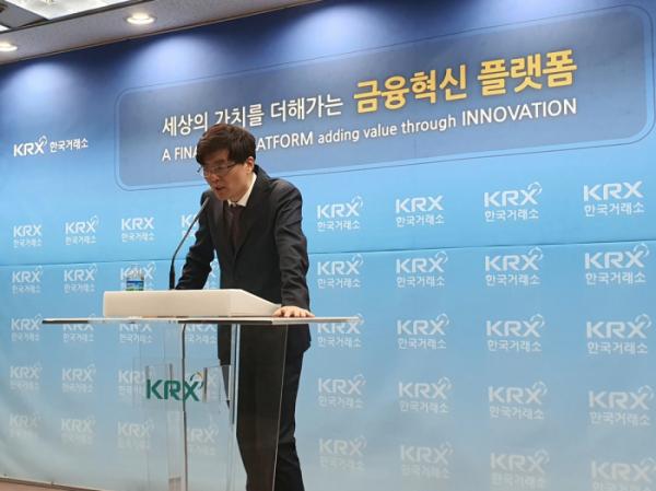 ▲박승영 한화투자증권 연구원이 16일 한국거래소에서 열린 기자간담회에서 '2020년 연간전망'에 대해 발표하고 있다.  (이다원 기자 leedw@)