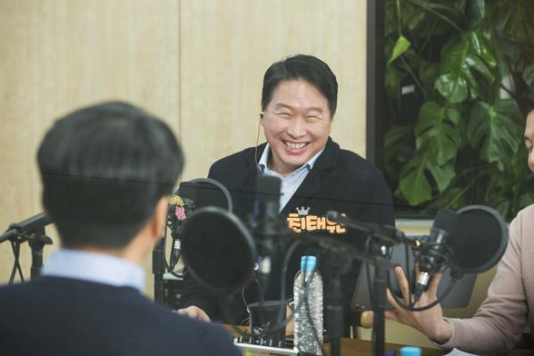 ▲최태원 SK회장이 지난 17일 서울 종로구 서린동 SK빌딩에서 '보이는 라디오' 형식의 99차 행복토크를 하고 있다.  (사진제공=SK)
