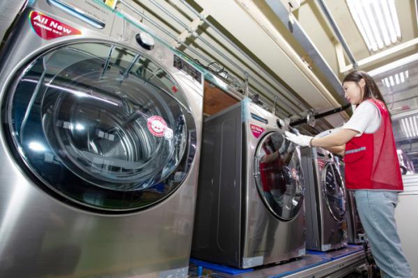 ▲LG 건조기 신제품 생산라인에서 LG 직원이 건조기를 살펴보고 있다.  (사진제공=LG전자)