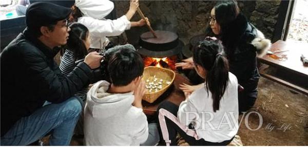 ▲제주민속촌을 방문한 가족이 동지팥죽 새알심을 만들고 있다(홍지영 동년기자)