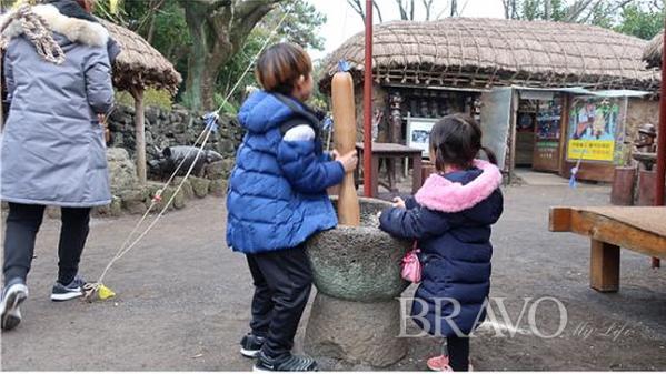 ▲제주민속촌을 방문한 아이들이 방아 찍기 체험을 하고 있다(홍지영 동년기자)