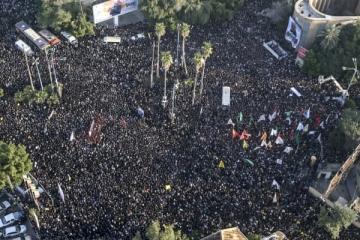▲미국에 의해 살해된 이란 군 실세 거셈 솔레이마니 사령관을 애도하기 위해 수많은 시민이 몰린 아흐바즈. AP연합뉴스