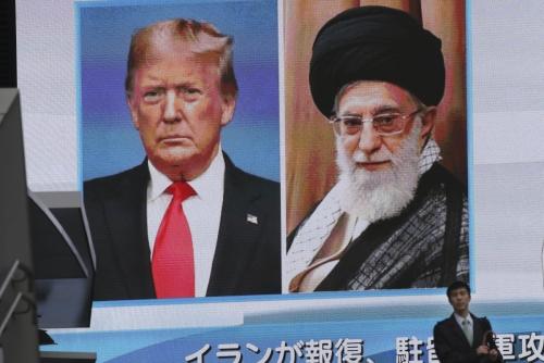 ▲일본 도쿄에서 한 남성이 8일(현지시간) 도널드 트럼프(왼쪽) 미국 대통령과 아야톨라 알리 하메네이 이란 최고지도자의 모습이 보인 대형 스크린 앞을 걸어가고 있다. 도쿄/AP연합뉴스