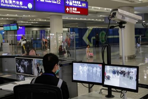 ▲홍콩국제공항 직원이 4일(현지시간) 도착 승객들을 모니터링하고 있다. 홍콩/AP연합뉴스