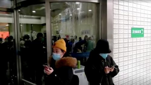 ▲중국 후베이성 우한에 있는 병원 밖에 시민들이 마스크를 쓴 채 서성이고 있다.   (로이터/연합뉴스)