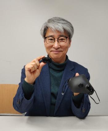 ▲한대익 쉐마 대표가 29일 강남구 TIPS타운에서 개발한 스마트마스크와 필터를 소개하고 있다.