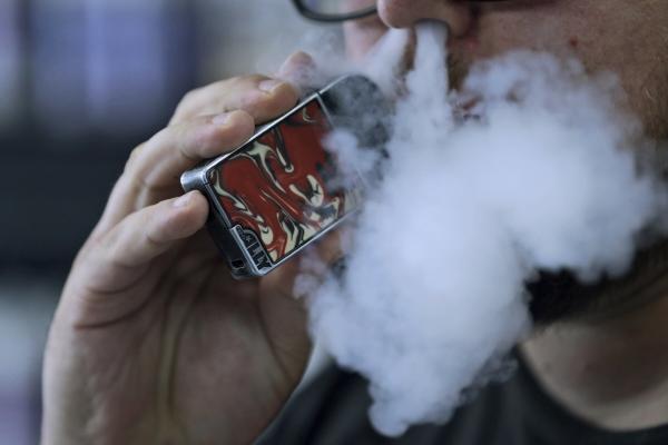 ▲오하이오주 메이필드 하이츠에서 한 남자가 전자담배를 내뿜고 있다. 메이필드 하이츠/AP연합뉴스.