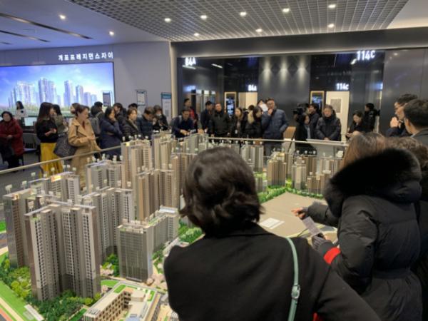 ▲올해 초 분양한 '개포 프레지던스 자이'( 개포주공4단지 재건축 아파트) 견본주택을 찾은 청약 수요자들이 단지 모형을 살펴보고 있다. 이 아파트는 1순위 청약에서 평균 65대 1, 최고 283 대 1의 높은 경쟁률을 보였다. (GS건설 )