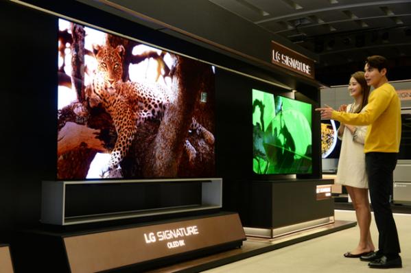 ▲인공지능 프로세서 '알파9 3세대'를 탑재한 88인치·77인치 'LG 시그니처 올레드 8K'(LG전자)