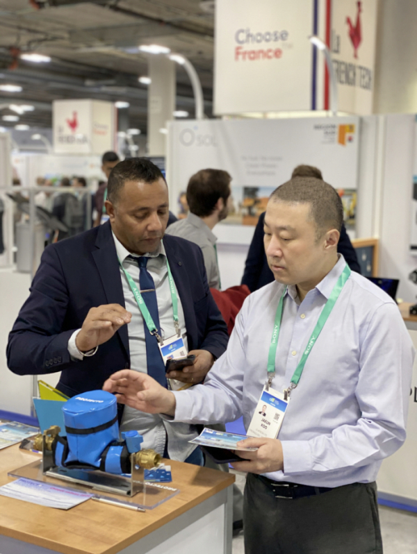 ▲구자은 LS 미래혁신단장(오른쪽)이 8일 미국 라스베이거스에서 개최된 CES 2020에 참관해 Protecto(프랑스 혁신상 수상 스타트업 업체)의 IoT기반 데이터분석 제품을 살펴보고 있다. (사진제공=LS)