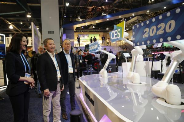 ▲박정원 두산그룹회장(가운데)과 박지원 그룹부회장(오른쪽)이 8일(현지시간) CES 2020이 열리는 라스베이거스컨벤션센터를 찾아 두산 부스를 살펴보고 있다. 사진제공=두산그룹