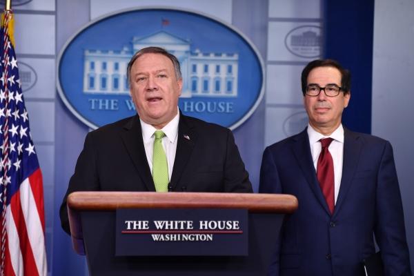 ▲마이크 폼페이오(왼쪽) 미국 국무장관과 스티븐 므누신 미국 재무장관이 10일(현지시간) 공동 기자회견을 열어 대이란 추가 제재 단행을 발표하고 있다. 워싱턴/AFP연합뉴스