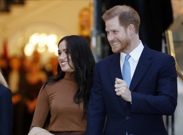 ▲영국의 해리 왕자와 메건 마클 왕자비가 7일(현지시간) 런던 캐나다 하우스를 방문한 뒤 떠나고 있다. 런던/AP연합뉴스
