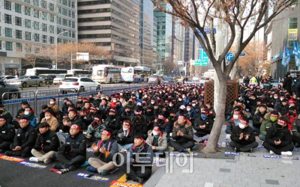 ▲르노삼성자동차 노동조합이 10일 서울 사무소 앞에서 상경 투쟁을 벌이고 있다.  (유창욱 기자 woogi@)