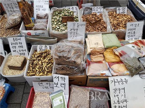 ▲각종 약초 판매 현장(사진 홍지영 동년기자)