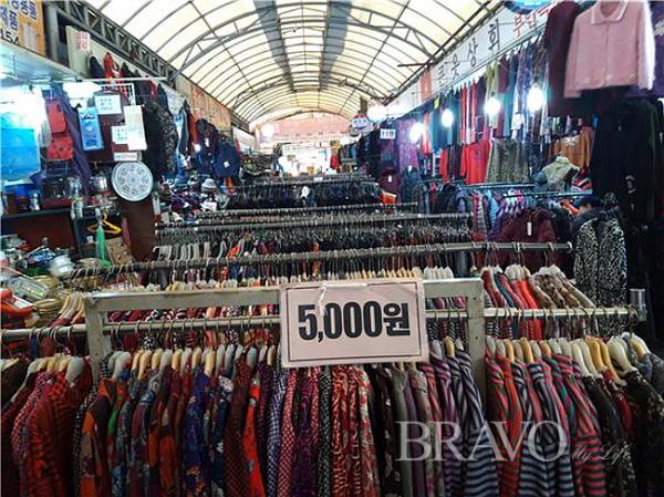 ▲값싼 남방, 셔츠, 여성 고급옷, 아동복 등(사진 홍지영 동년기자)