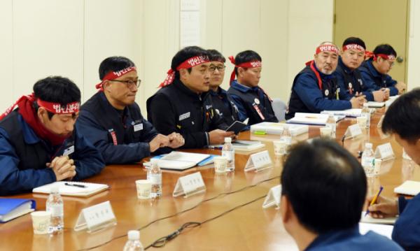 ▲현대중공업 노사가 14일 울산 본사에서 2018년 임금협상 교섭을 재개했다.  (사진제공=현대중공업 노조)