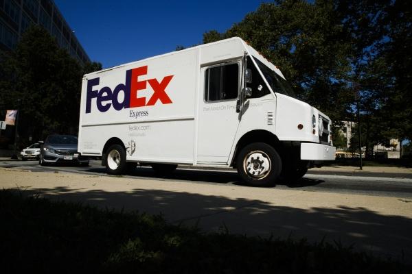▲페덱스 트럭이 미국 필라델피아에서 배송 서비스를 하고 있다. 아마존은 14일(현지시간) 아마존 프라임 배송을 할 때 페덱스 지상 택배를 이용하지 못하게 했던 금지령을 해제했다. 필라델피아/AP뉴시스