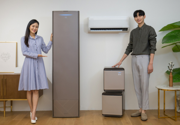 ▲삼성전자 모델들이 2020년형 '무풍에어컨'과 공기청정기 '무풍큐브'를 소개하고 있다.  (사진제공=삼성전자)