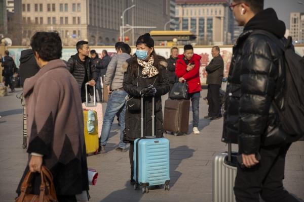 ▲중국 베이징역 앞에서 17일(현지시간) 한 여행객이 마스크를 쓰고 서 있다. 우한에서 발생한 신종 코로나바이러스에 의한 폐렴이 갈수록 확산하고 있다. 베이징/AP뉴시스
