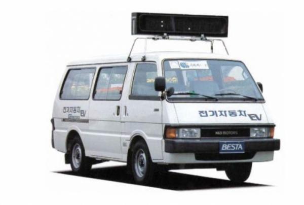 ▲국내 최초의 전기차 콘셉트는 기아산업의 베스타였다. 1986년 아시안게임 마라톤 대회에 나서 기록을 알리는 전광판을 얹고 달렸다.  (출처=기아차 SNS)