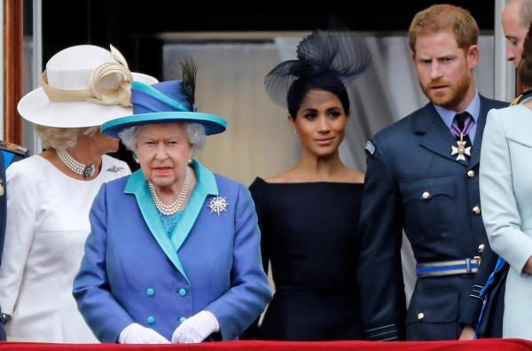 ▲왼쪽부터 카밀라 영국 왕세자빈, 엘리자베스 2세 여왕, 메건 왕자비, 해리 왕자가 2018년 7월 10일(현지시간) 런던 버킹엄궁 발코니에서 공군 100주년 기념 공중 분열식을 관람하고 있다. 런던/AFP연합뉴스