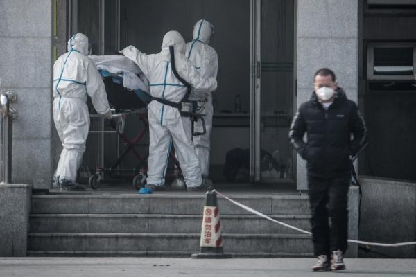 ▲의료진들이 18일(현지시간) 중국 후베이성 우한에서 폐렴 환자를 한 병원으로 옮기고 있다. 우한/AFP연합뉴스