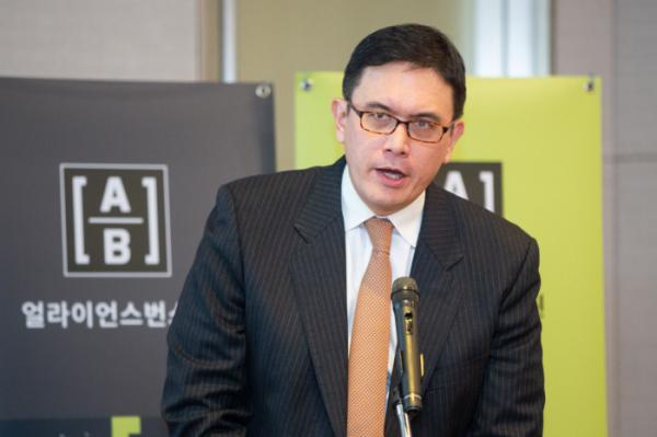 ▲데이비드 웡 (David Wong) AB 주식 부문 선임 투자 전략가가 21일 열린 기자간담회에서 발표하고 있다.  (사진제공=AB자산운용)
