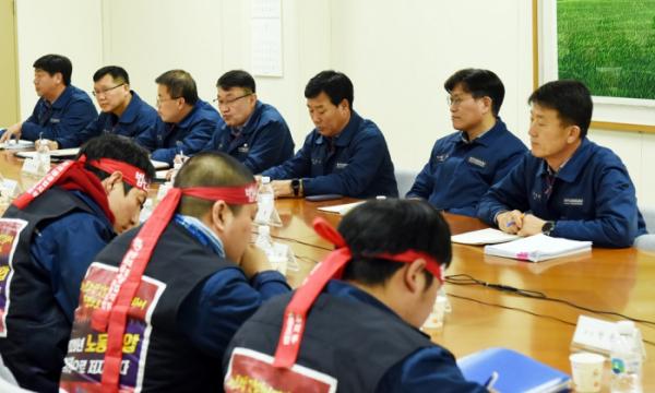 ▲마주 앉은 현대중공업 노사 임협 교섭 대표.  (연합뉴스)