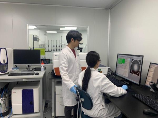 ▲지아이셀 연구소에서 연구원들이 연구 데이터를 확인하고 있다. (지아이셀)