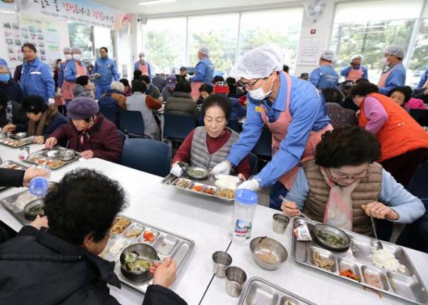 ▲급식소에서 배식봉사하는 포스코 임직원.  (사진제공=포스코)
