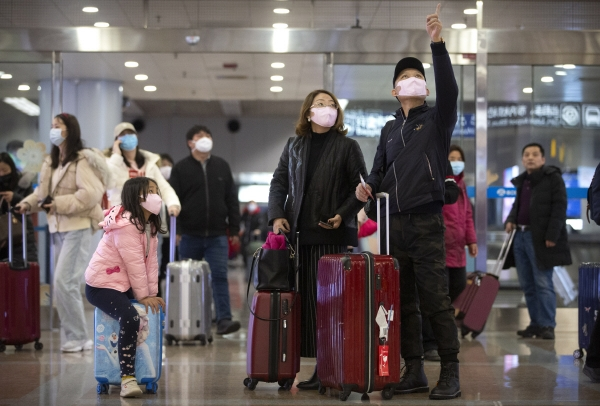 ▲중국 베이징국제공항에서 출국 수속을 하려는 관광객들이 모두 마스크를 착용하고 있다. ( AP연합뉴스)