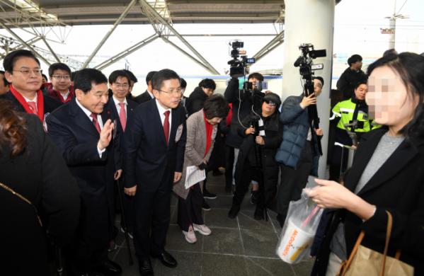 ▲자유한국당 황교안 대표가 23일 서울역에서 귀성객과 인사를 나누고 있다.  (연합뉴스)