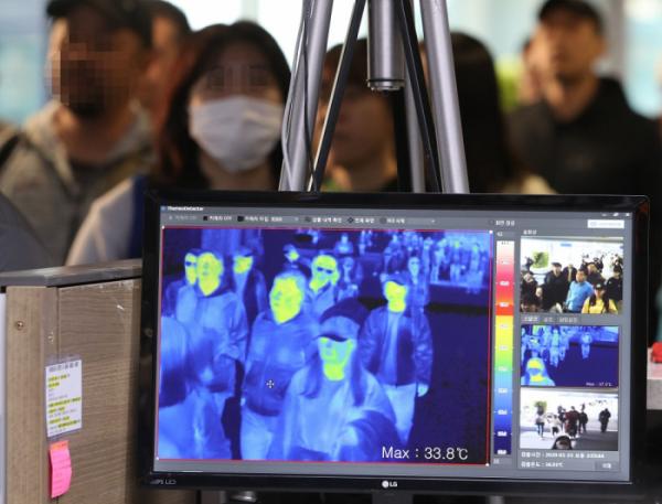 ▲23일 오후 인천국제공항 1터미널 입국장에서 질병관리본부 국립검역소 직원들이 열화상 카메라로 승객들의 체온을 측정하고 있다.  (연합뉴스)