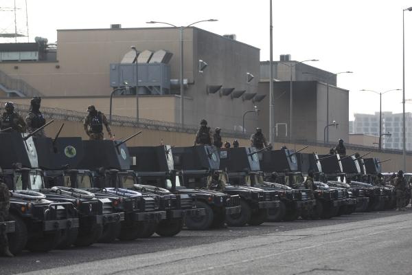 ▲1일(현지시간) 바그다드 주재 미국 대사관 앞을 지키고 있는 이라크 보안군. 바그다드/AFP연합뉴스