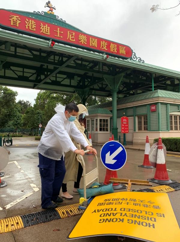 ▲홍콩 디즈니랜드 직원들이 26일(현지시간) 폐쇄를 알리는 안내판을 입구에 세우고 있다. 홍콩/로이터연합뉴스