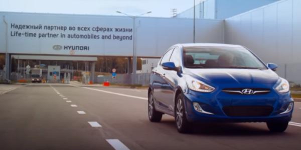 ▲현대차 러시아 공장 내부 도로를 달리고 있는 '쏠라리스'  (사진제공=현대차)