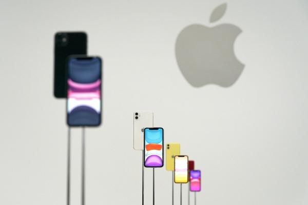 ▲애플이 지난해 9월 10일(현지시간) 미국 캘리포니아주 쿠퍼티노에서 신제품 공개 행사를 연 가운데 새 아이폰11이 전시돼 있다. 쿠퍼티노/AP뉴시스