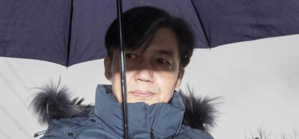 ▲부인 정경심 씨 구속 직후 그를 면회한 뒤 돌아가는 조국 전 법무부 장관.  (연합뉴스)