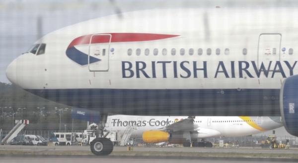▲영국 브리티시항공 소속 여객기가 개트윅공항에서 이륙 준비를 하고 있다. 브리티시항공은 3월까지 중국행 항공편 예약을 중단할 방침이다. 개트윅/AP뉴시스