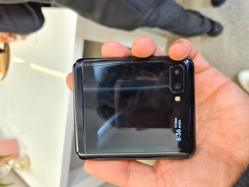 ▲삼성전자는 11일(현지시간) 미국 샌프란시스코에서 두 번째 폴더블 스마트폰 '갤럭시 Z 플립'을 공개했다. 1.1형 디스플레이를 통해 실시간으로 전화와 메시지, 알림을 바로 확인할 수 있고, 스마트폰을 펼치지 않아도 전화를 받을 수 있다. 알림을 두 번 탭한 후 '갤럭시 Z 플립'을 열면 바로 해당 애플리케이션이 실행되어 빠르게 메시지에 답변을 할 수도 있다. 권태성 기자 tskwon@