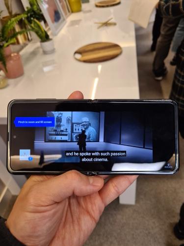 ▲갤럭시 Z 플립은 펼치면 6.7형의 대화면으로 다양한 엔터테인먼트 경험을 즐길 수 있다. 최초로 폴더블 스마트폰에도 홀 디스플레이를 탑재해 어떠한 방해 요소 없이 대화면을 활용할 수 있다.