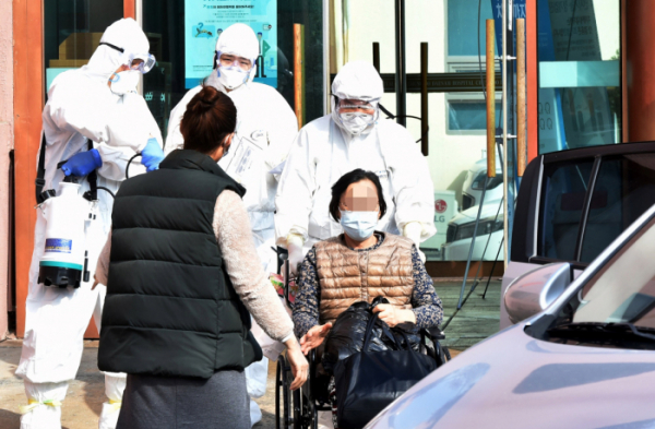 ▲신종 코로나바이러스 감염증(코로나19) 확진자가 다수 발생한 경북 청도군 대남병원에서 22일 오후 일반 환자들이 집으로 돌아가고 있다.  (뉴시스)