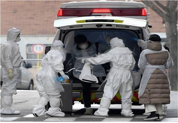 ▲전담구급대가 코로나19 의심환자를 이송, 병원에 도착하고 있다. (출처=서울시)