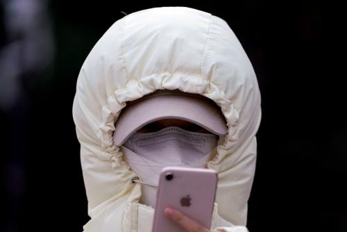 ▲중국 상하이에서 마스크로 얼굴을 가린 한 여성이 스마트폰을 들여다 보고 있다. 베이징/로이터연합뉴스