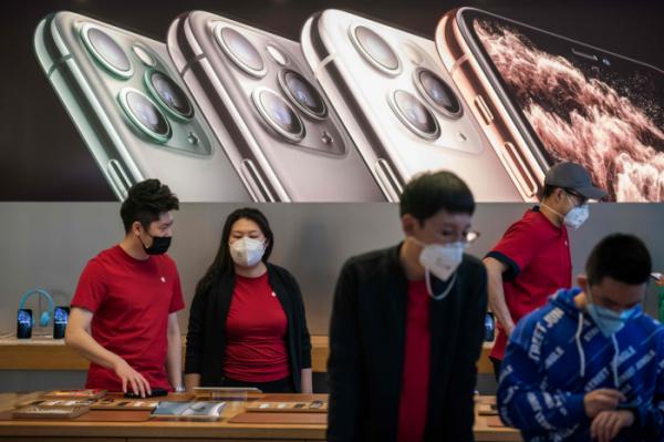 ▲지난달 30일 중국 베이징의 한 애플 매장에서 마스크를 쓴 손님과 직원들의 모습.  (연합뉴스)