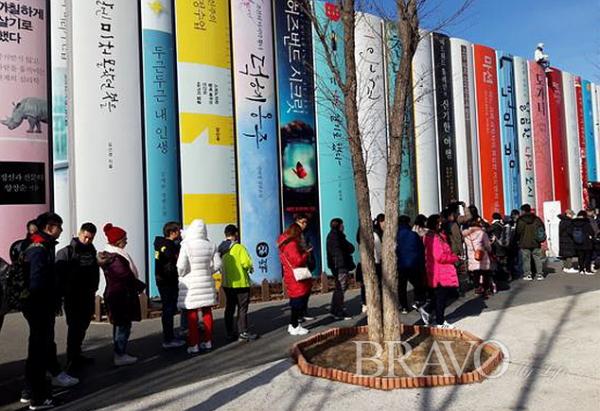 ▲김유정역 레일 바이크를 타기위해서 줄을 선 모습(사진 홍지영 동년기자)